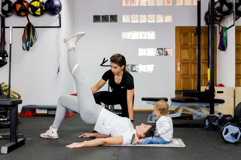 kobieta podczas treningu dla kobiet w ciąży